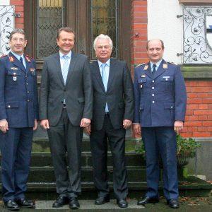 Standortältester Brigadegeneral Günter Giesa, Martin Dörmann, MdB, Bezirksbürgermeister Willi Stadoll, Kasernenkommandant Oberstleutnant Herfried Martens