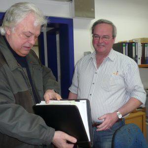 ... Übergabe umfangreicher Unterlagen an Vorsitzenden Handwerker PORZ ...