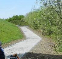 Der Fußweg entlang des Lärmschutzwalls in Lind