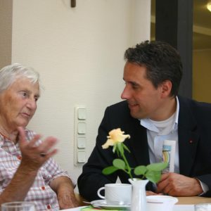 Christian Joisten im Gespräch mit Seniorin