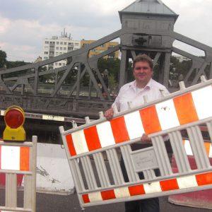 Ratsherr Frank Schneider an der Drehbrücke.