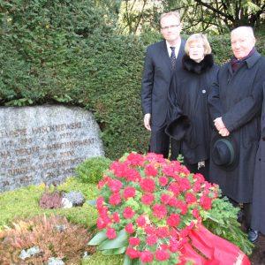 a Kranzniederlegung Melatenfriedhof: Jochen Ott, Anke Brunn, Erich Henke, Norbert Burger