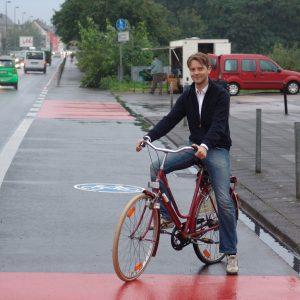 Bezirksvertreter Simon Bujanowski auf dem neuen Radweg